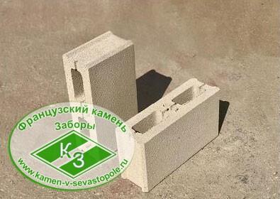 Блок заборный с фаской на белом цементе