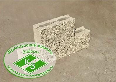 Блок заборный на белом цементе колотый